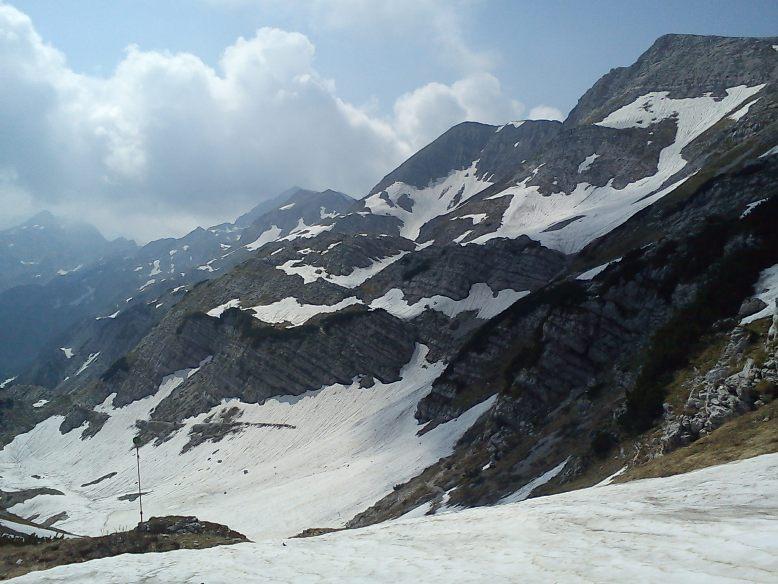 Čez tale snežišča bo potrebno proti Rjavi skali