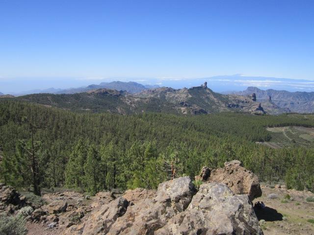 Pogled nazaj na Roque Nublo v ozadju pa Tenerife