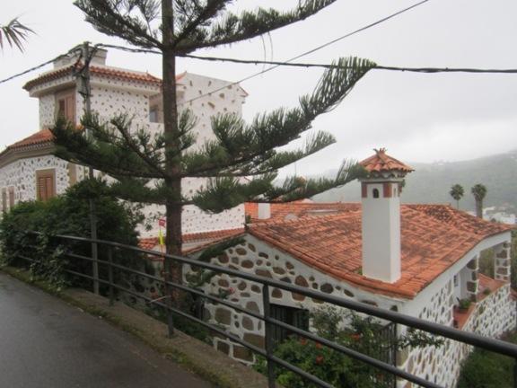 Zanimive hiške, drevesa zraven pa še markacija